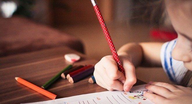Pais apoiam aumento salarial de professores depois de ficarem em casa com filhos