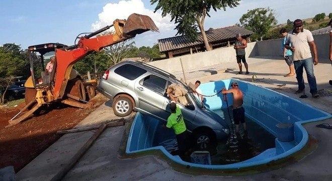 Criança de 2 anos dá partida em carro e veículo cai na piscina