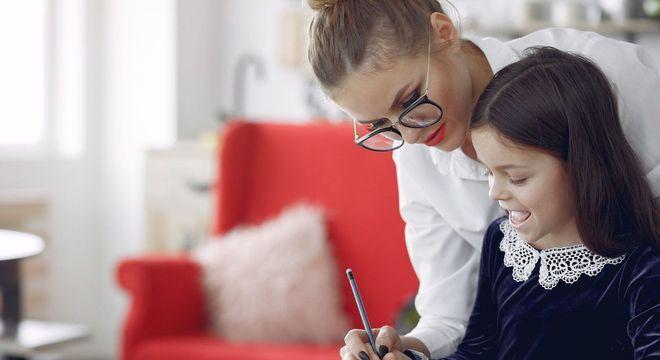 Criança libera dopamina enquanto aprende lição escolar