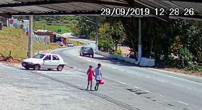 Criança foi gravada de mãos dadas com outra pessoa por uma câmera de segurança
