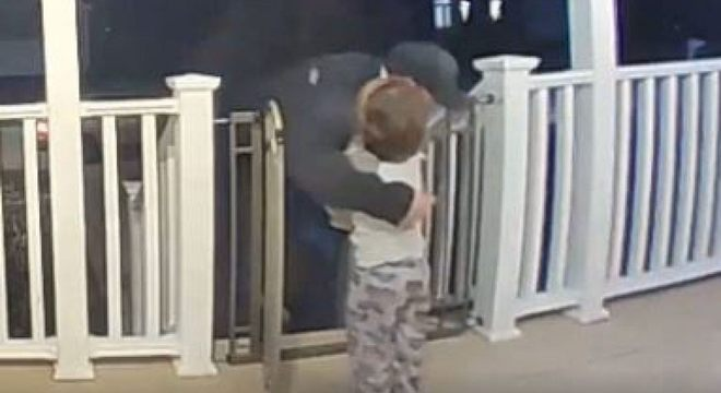 """""""Meu filho tentou lhe dar um beijo também"""", disse a mãe da criança"""