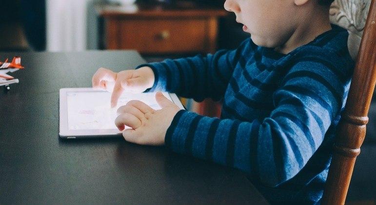 Melhor forma de controlar o que as crianças veem na web é pelo olhar atento dos pais