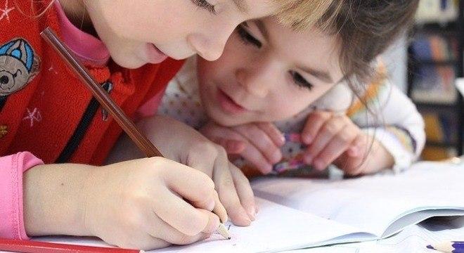Crianças usam a tecnologia para se divertir e também para aprender