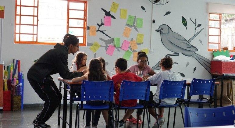 Parceria entre institutos viabiliza instalações de polos educacionais em periferias no Brasil