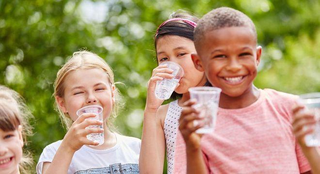 crianças bebendo água