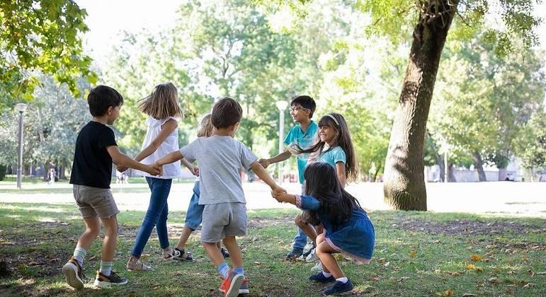 Brincar ao ar livre, de ciranda ou pega-pega auxilia no desenvolvimento social e físico