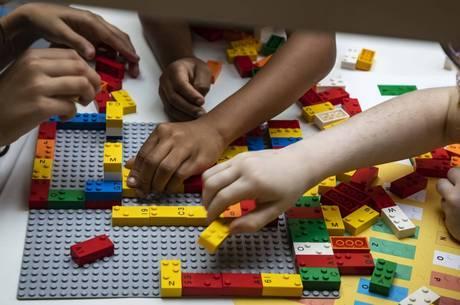 Crianças cegas aprendem com jogos em braile