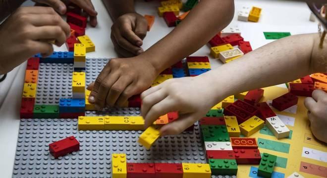 Brinquedo também permita que crianças e adultos sem deficiência possam interagir