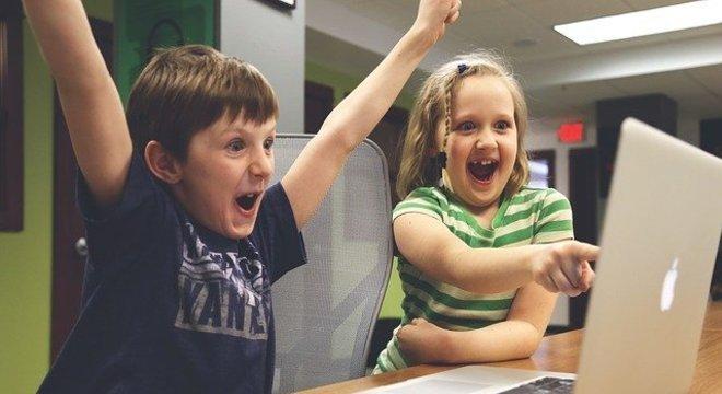 Muitos brasileiros acreditam que a internet não oferece perigo a seus filhos