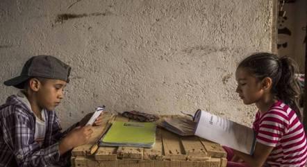 Jovens, pais e professores viveram dificuldades com o ensino remoto emergencial