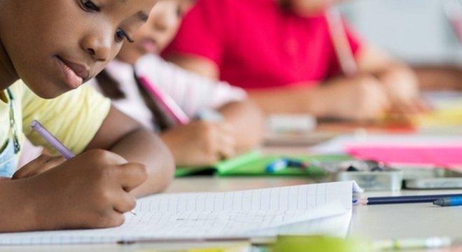 Maioria dos municípios brasileiros não consegue dar educação pública igual para crianças negras e brancas, meninos e meninas, mais ricos e mais pobres
