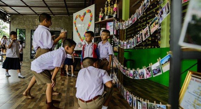 Colegas de Adul Samon fizeram um painel em homenagem a ele, na escola. O menino de 14 anos mora longe dos pais e estuda numa escola cristã Poliglota e apaixonado por esportes e música