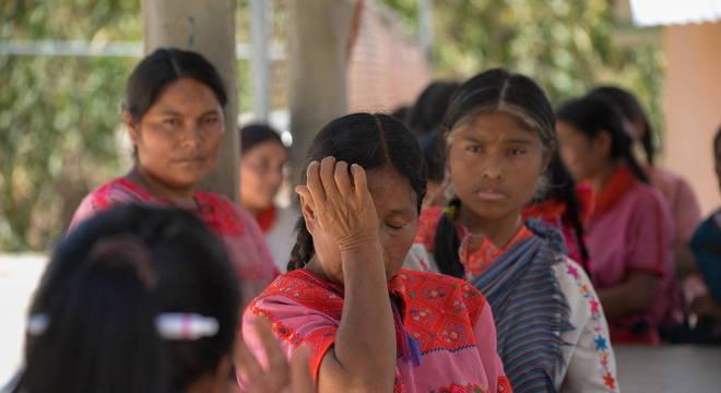 Mesmo com aulas transmitidas pelo rádio, indígenas têm dificuldades para estudar