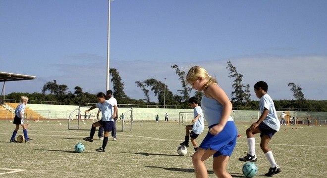 O ideal é que crianças se exercitem 60 minutos por dia, cinco dias por semana