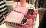 Para diversificar os brinquedos, a família resolveu presentear a menina com carrinhos. O resultado final foi esse, todos prontos para dormir