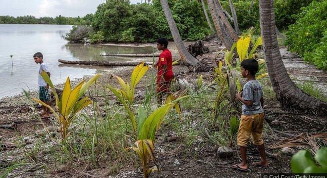 Apesar da reputação paradisíaca das Maldivas, muitas crianças locais nunca tiveram a oportunidade de praticar mergulho com snorkel