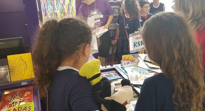 Crianças realizam atividades na Feira do Livro Crédito: Helena Ribeiro / Especial / CP