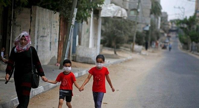 Crianças refugiadas palestina caminham pelo campos de refugiados de Jabalia