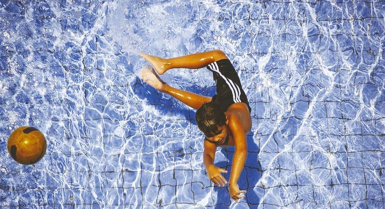 Crianças se divertem em piscina, nessa quarta-feira (06/01) no bairro da Saúde, zona sul de São Paulo. A temperatura deve atingir os 32º com previsões de temporais a partir do meio da tarde