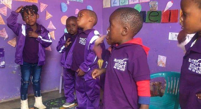 Crianças sul-africanas no projeto SmartStart: objetivo é tirar crianças de situação de pobreza e dar-lhes mais chances de prosperar no futuro