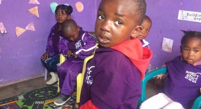 Crianças sul-africanas no SmartStart; atividades dirigidas e com propósito são cruciais para estimular as habilidades infantis