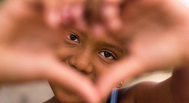 Na foto, uma criança assistida por um dos programas da ONG Visão Mundial
