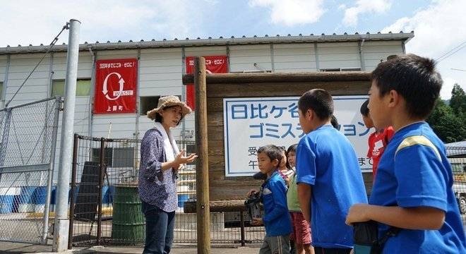 Crianças visitam centro de coleta em Kamikatsu: cidade já recicla 81% de todos os resíduos que produz