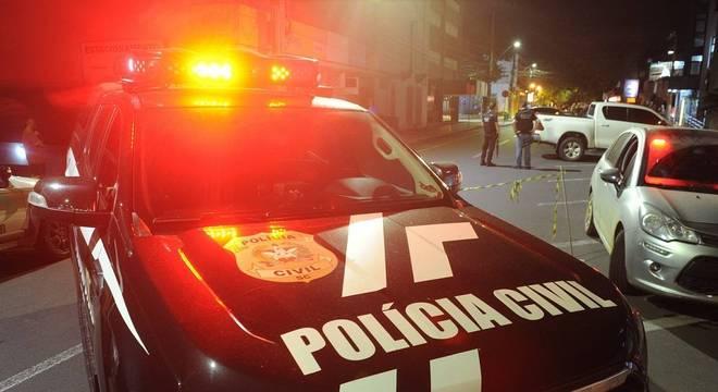 Polícia encontra 10 carros queimados usados em roubo em Criciúma