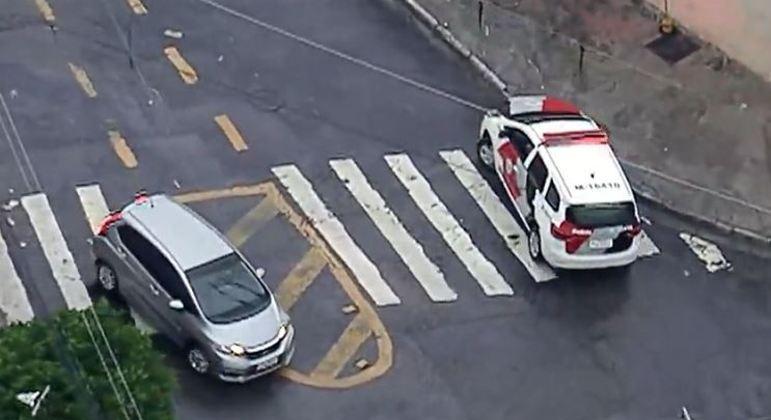 Um suspeito foi preso após roubar o veículo e manter homem e cunhada reféns em SP