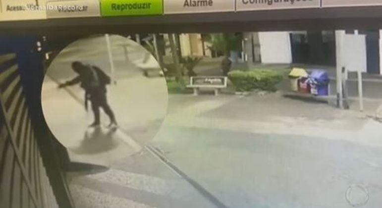 Criminoso acende fósforo para tentar incendiar loja durante ataque em Araçatuba (SP)
