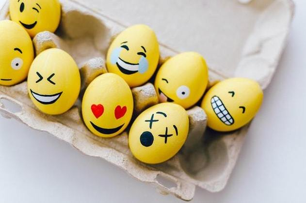 Emojis são MUITO cringe. Apesar de estarem intrinsecamente ligados à lógica de comunicação virtual, desde o MSN onde existiam os similares