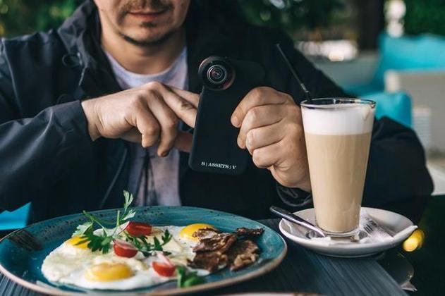 Se você se alimenta pela manhã com um café passado na hora, então definitivamente você está ficando velho. A nova geração, ainda mais acelerada pelas facilidades trazidas pela tecnologia, acha besteira dar tanta importância para a primeira refeição do dia. E para o café, então, nem se fala. Para quê ingerir um estimulante se você já está conectado o tempo todo em uma tela de onde os estímulos piscam, tremem e soam sem parar?