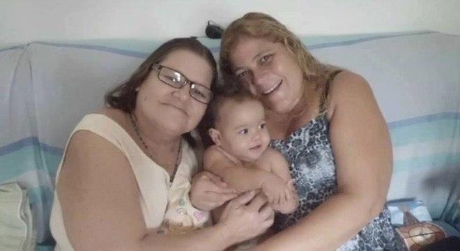 Márcia, que tem demência há um ano, com a filha Cristiane e a bisneta Emanuelle