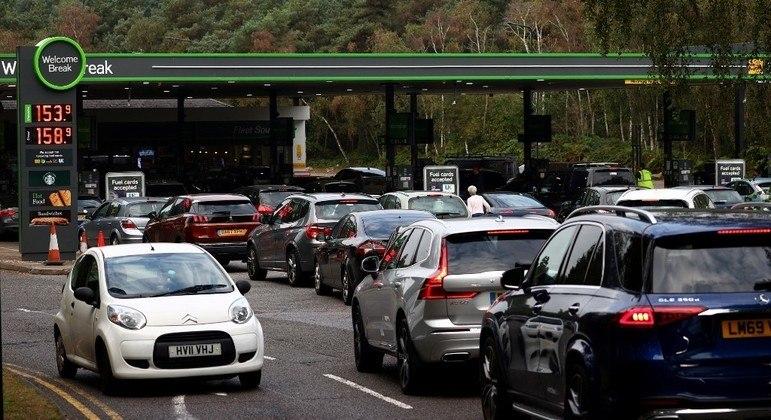 Filas enormes se formam nas proximidades de postos de gasolina que ainda possuem combustível