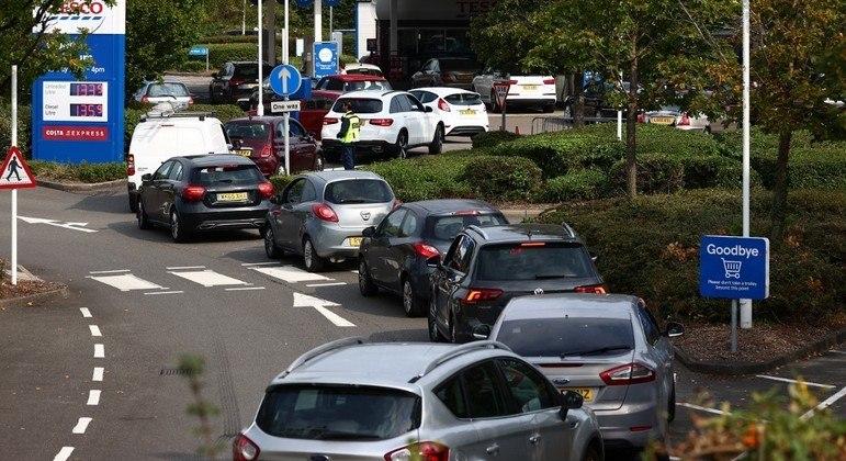 Filas se formaram em postos de combustível ao longo do final de semana no Reino Unido