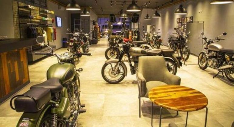 Basta visitar uma concessionária de moto ou de automóvel para notar que a aglomeração é de produtos e não de pessoas
