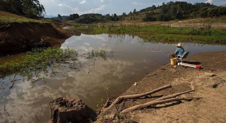 Nível de água no Cantareira cai; cenário em área próxima ao reservatório do Rio Jacareí