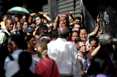 Venezuelanos fazem filas para comprar comida