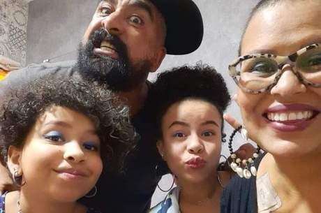 Cristiane Tavares, o marido Valdir e as filhas