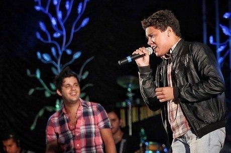 Cantor mantém homenagens ao irmão Cristiano Araújo