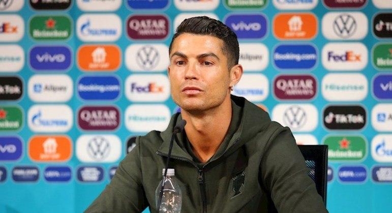 Cristiano Ronaldo virou assunto após trocar Coca Cola por água