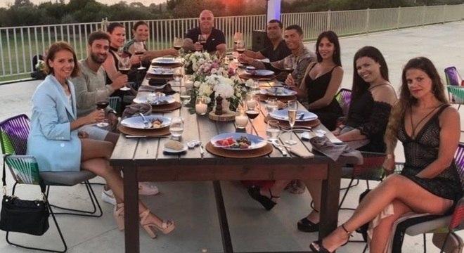 Cristiano Ronaldo posa com amigos durante férias na Grécia