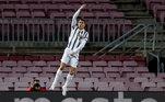Cristiano Ronaldo completa 36 anos nesta sexta-feira (5). E apesar da idade avançada, ele segue entre os melhores jogadores do mundo. A preocupação com a preparação física é apontada como fundamental para a longevidade do português em campo. Mesmo nas férias, ele segue uma rotina dura de exercícios e não descansa quase nunca