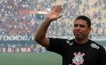 Três vezes o melhor do mundo, Ronaldo já não jogava mais aos 36 anos. O camisa 9 do penta parou um ano antes, em 2011, após a eliminação do Corinthians para o Tolima, pela Libertadores. Na despedida, o Fenômeno foi muito homenageado pelos corintianos