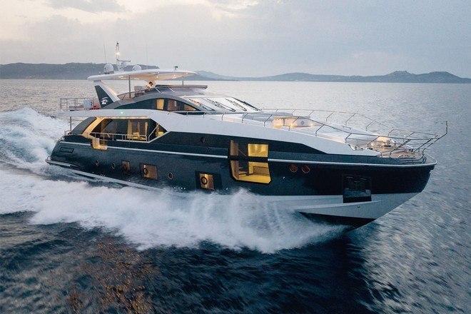 Segundo o site da fabricante, a embarcação é toda feita em fibra de carbono, tem 26,78 m de comprimento e atinge uma velocidade máxima de 52 km/h