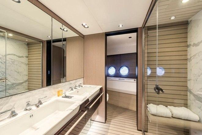 A embarcação possui ainda sete banheiros, distribuídos pelos três pisos do barco