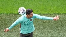 Cristiano Ronaldo se irrita com refrigerantes e os troca por água