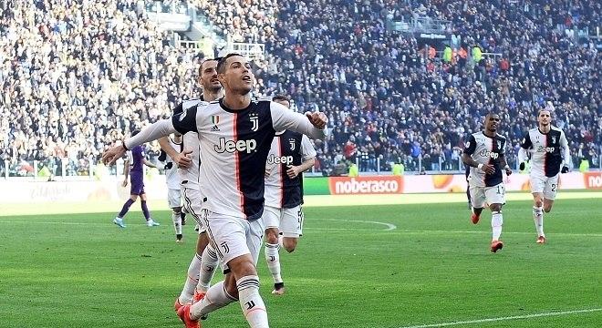 Cristiano Ronaldo comemora o segundo gol de penâlti na vitória sobre a Fiorentina