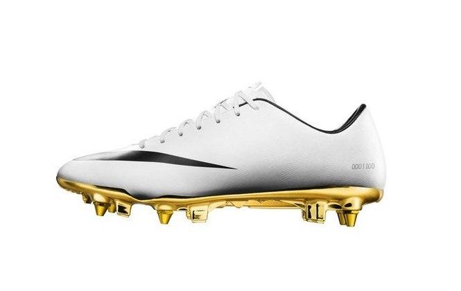 """Cristiano Ronaldo foi homenageado pela Nike em 2014, após vencer o premio de melhor do mundo, com uma chuteira com sola dourada, chamada """"Mercurial Vapor IX CR7"""""""
