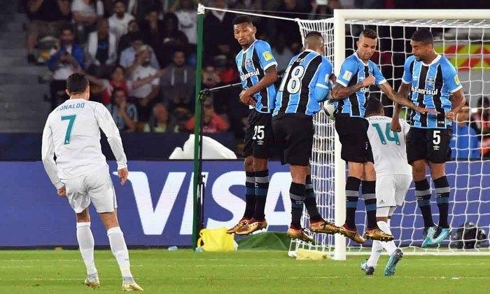 Cristiano Ronaldo - Real Madrid - Final Mundial de Clubes 2017 - O Grêmio até tentou, mas não conseguiu parar Cristiano Ronaldo, que marcou gol de falta, e deu o título mundial ao Real Madrid em 2017.